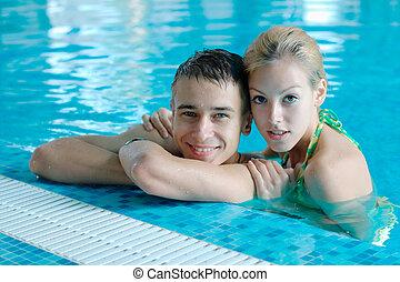 年輕夫婦, 在, the, 游泳池