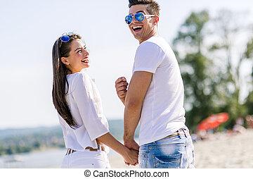 年輕夫婦, 扣留手, 上, a, 海灘