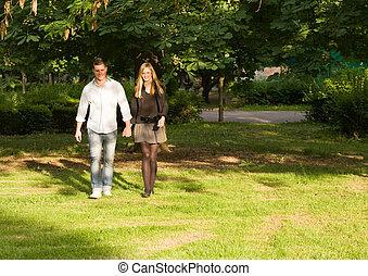 年輕夫婦, 扣留手, 在, the, park.