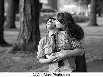 年輕夫婦, 摟頸親熱, 在公園