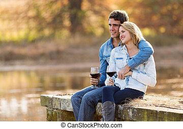 年輕夫婦, 放松, 在戶外