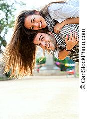 年輕夫婦, 有, 大的時間, outdoors.