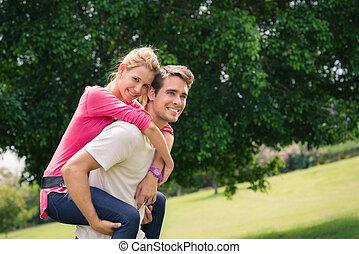 年輕夫婦, 跑, 背負式運輸, 在, 城市公園