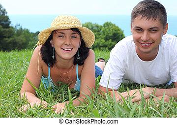 年輕夫婦, 躺, 上, 草