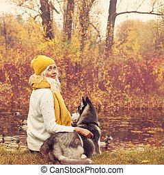 年輕婦女, 以及, 她, 狗, 坐, 所作, the, 湖, 在戶外, 在, the, 秋天, 公園