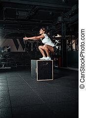 年輕婦女, 做, a, 箱子, 跳躍, exercise.