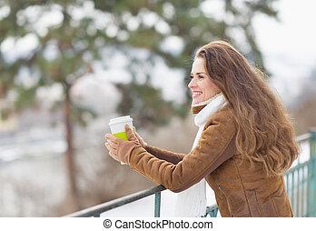 年輕婦女, 喝酒, 熱的飲料, 以及, 調查, 距離, 在, 冬天, 公園