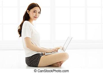 年輕婦女, 在地板上坐, 由于, 膝上型
