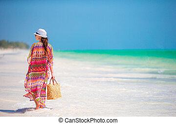 年輕婦女, 在, 帽子, 在期間, 熱帶的海灘, 假期