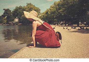年輕婦女, 坐, 所作, a, 湖, 在公園