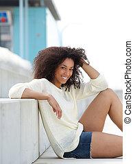 年輕婦女, 微笑, 以及, 放松, 在戶外