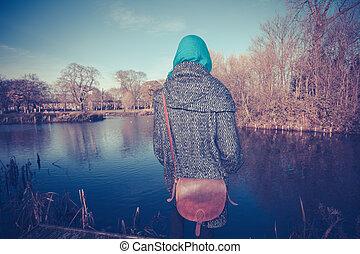 年輕婦女, 所作, 池塘, 在, 秋天