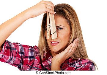 年輕婦女, 挾, 她, 鼻子, 由于, a, 巨大, clothespin
