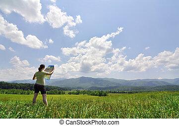年輕婦女, 探索, 由于, a, 地圖