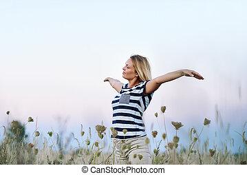 年輕婦女, 提高, 她, 武器, 到, the, 藍色的天空