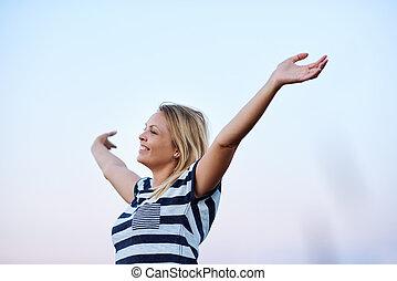 年輕婦女, 提高, 她, 武器, 為了擁抱, the, 天空
