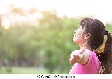 年輕婦女, 提高, 她, 武器