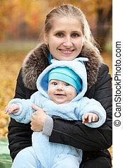 年輕婦女, 由于, 嬰孩, 在, 秋天, 公園