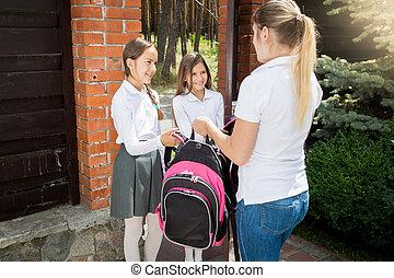 年輕婦女, 看見, 脫開, 她, 女兒, 到, 學校