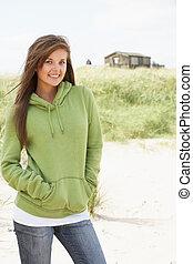 年輕婦女, 站立, 上, 海灘, 穿, 覆蓋頂, 由于, 老, 海灘小屋, 在, 距離
