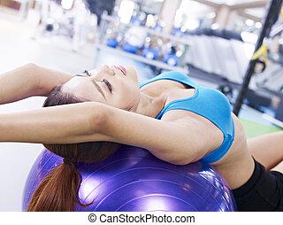 年輕婦女, 行使, 由于, 健身 球
