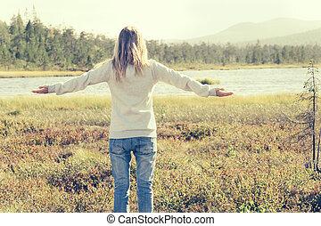 年輕婦女, 被提出手, 單獨地站, 步行, 戶外, 旅行, 生活方式, 斯堪的納維亞人, 森林, 自然, 在背景上