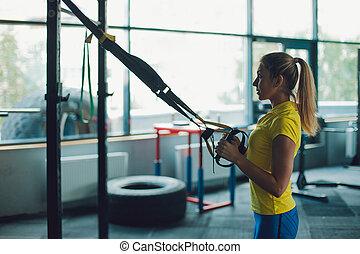 年輕婦女, 運動員, 訓練, 使用, trx, workout., 黑色半面畫像, 在背景上, ......的, 內部