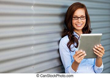 年輕婦女, 閱讀, 她, 片劑, 電腦