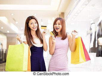 年輕婦女, 顯示, 信用卡, 以及, 購物, 在, 購物中心