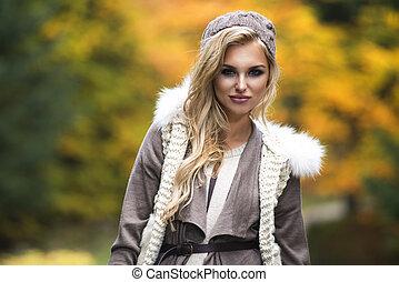 年輕的女孩微笑, 在, 秋天, 風景