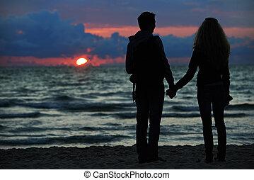 年輕的家庭, 在傍晚的夫婦, 海灘