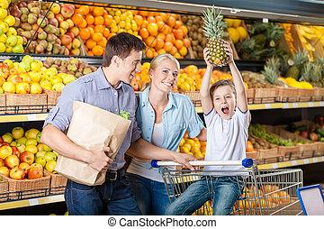 年輕的家庭, 針對, 架子, ......的, 水果, 有, 購物