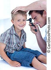 年輕的醫生, 檢查, a, patient\', s, 耳朵, 由于, a, otoscope