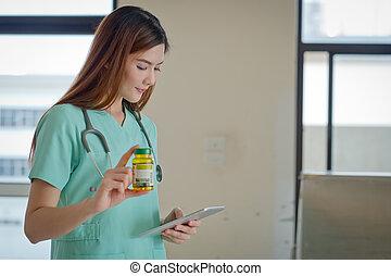 年輕的醫生, 由于, a, 箱子, ......的, 藥丸, 在, 手。, 健康護理, 事務
