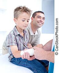 年輕的醫生, bandagins, a, patient\'s, 手臂