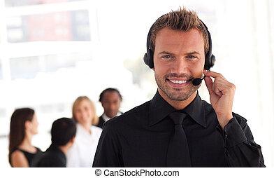 年輕, 商人, 由于, 耳機, 上