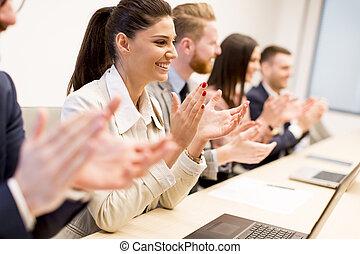 年輕, 商業界人士, 鼓掌, 他們, 手, 在, 辦公室