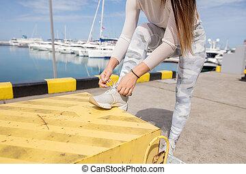 年輕, 堅強的婦女, 在, 運動裝, 做, plyometric, 鍛煉, 上, pier.