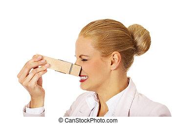 年輕, 女商人, 由于, 巨大, clothespin, 上, 她, nose., stinks, 概念