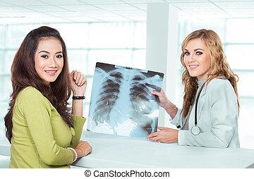 年輕, 女性 醫生, 解釋, 診斷, 到, 她, 女性, 病人