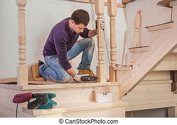 年輕, 工人, 在樓層上坐, 以及, 操練, 由于, 無繩的鑽子