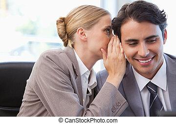 年輕, 從事工商業的女性, 低語, 某事, 到, 她, 同事