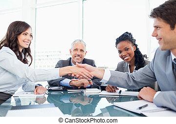 年輕, 微笑, 執行, 握手, 前面, 他們, 經理, 以及, a, 同事