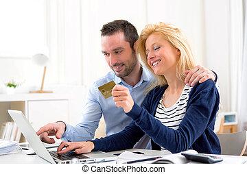 年輕, 有吸引力, 夫婦, 在网上購物