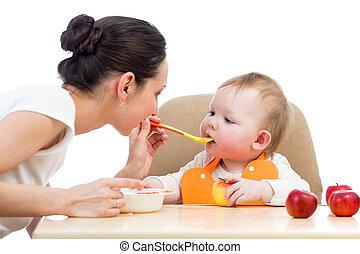 年輕, 母親, 勺, 喂, 她, 女嬰