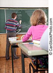 年輕, 男性的教師, 解釋, 數學, 在, 黑板