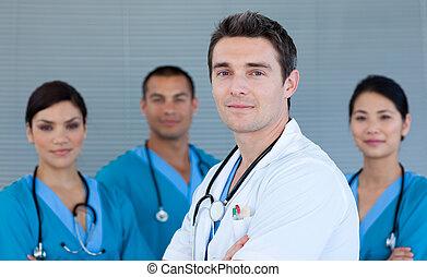 年輕, 男性的醫生, 由于, 他的, 隊, 在, the, 背景