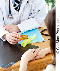 年輕, 男性的醫生, 給, 藥丸, 到, a