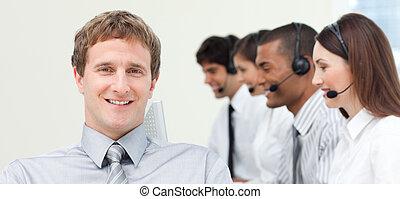 年輕, 經理, 由于, 他的, 隊, 在, a, 呼叫中心