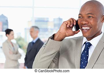 年輕, 經理, 看 往, the, 邊, 當時, 笑, 以及, 在電話上的談話